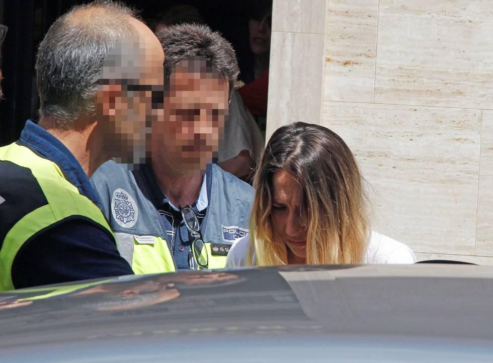 La mujer detenida sale tras el registro de un domicilio acompañada de agentes de la Policía Nacional.