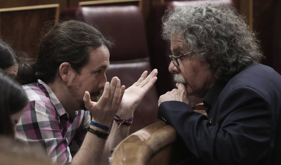 Pablo Iglesias talks with Joan Tardà.