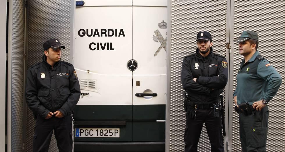 Agentes de la Policía Nacional y la Guardia Civil, en una imagen de archivo.