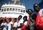 Dos barcos militares italianos apoyarán al 'Aquarius' para llevar a Valencia a los 629 migrantes