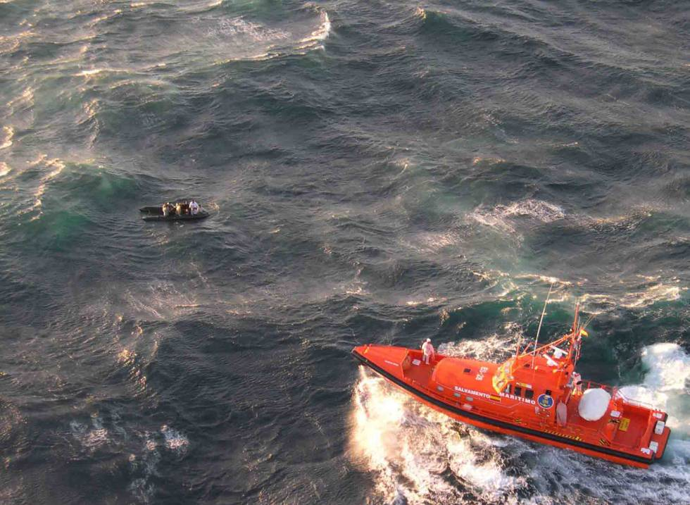 Una embarcación de rescate de Salvamento Marítimo en una de sus intervenciones.