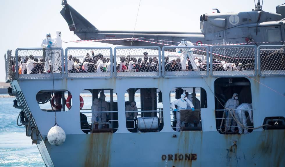 Llegada del barco 'Oriona' de la Marina italiana con los inmigrantes rescatados al puerto de Valencia, este domingo.
