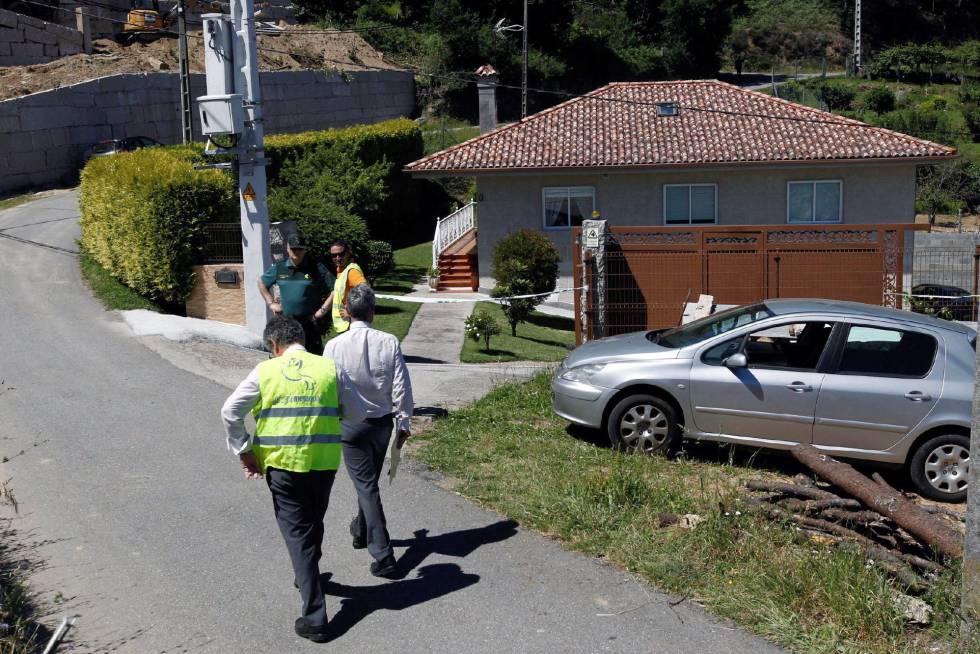 Agentes de la Guardia Civil en las inmediaciones de la casa donde han sido hallados muertos un hombre y una mujer  con heridas de arma de fuego.