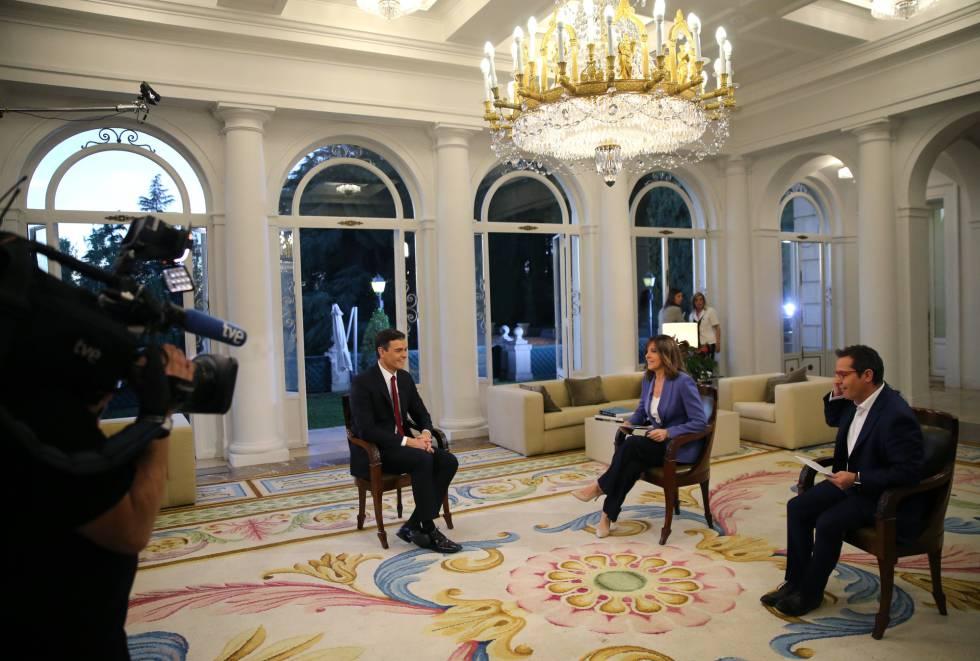 El presidente del Gobierno, Pedro Sánchez, antes de la primera entrevista que concede, a TVE, en La Moncloa.