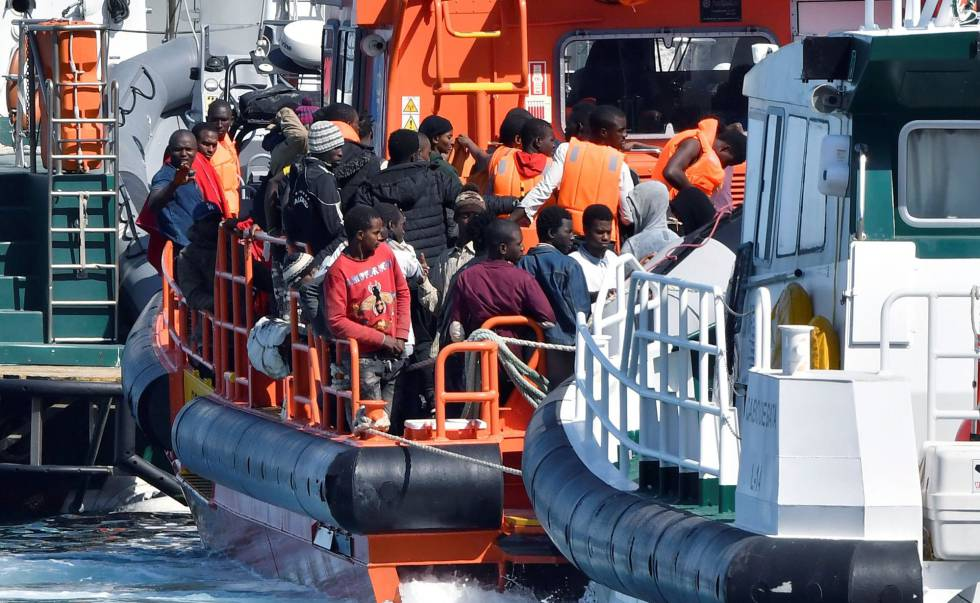 La Guardia Civil rescata una patera con 20 inmigrantes a bordo cerca de Lanzarote