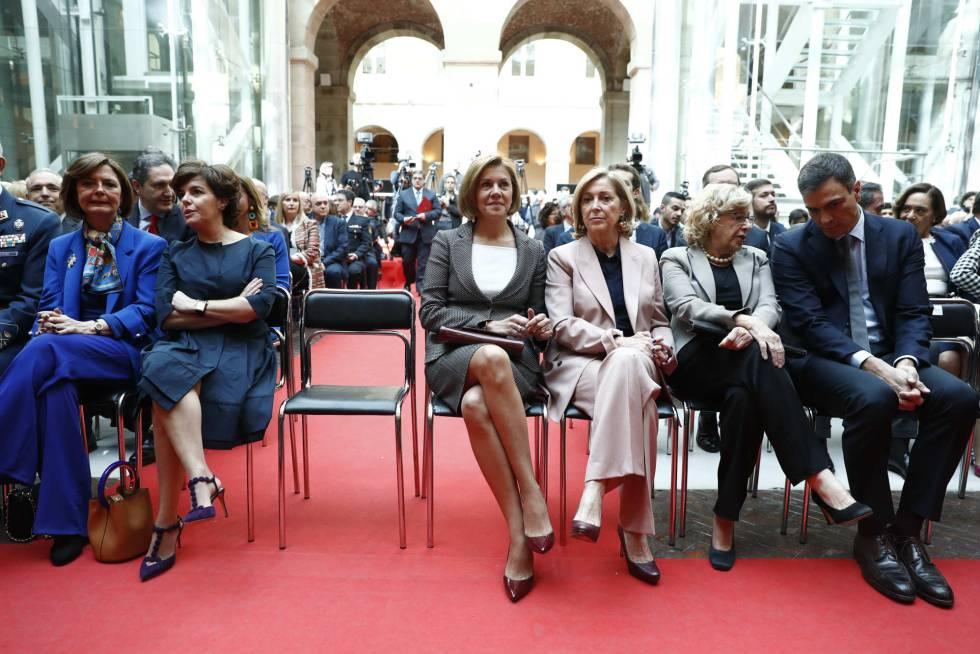 Soraya Sáenz de Santamaría y María Dolores de Cospedal, durante la celebración del día de la Comunidad de Madrid.