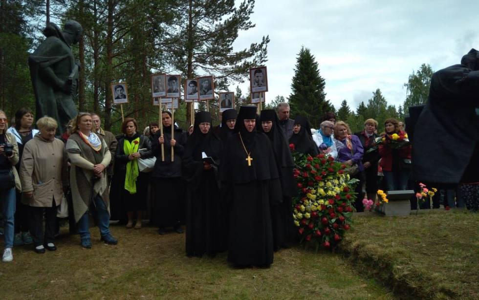 Las monjas marchando con los retratos de los españoles hacia el monumento.rn rn