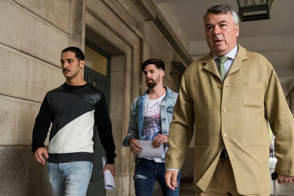 A la derecha, el abogado Agustín Martínez, junto a Cabezuelo y Escudero, dos miembros de La Manada.