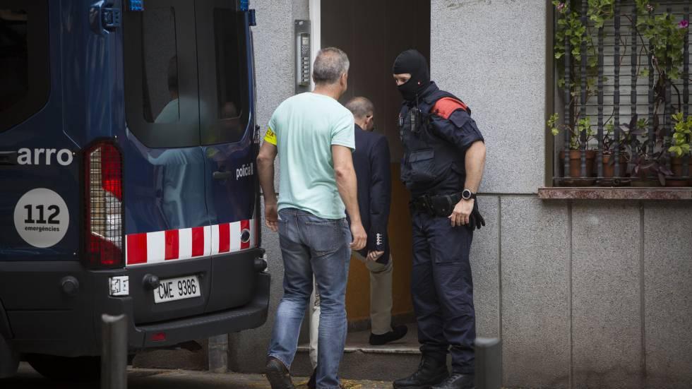 La policía practica una de los 70 registros de la operación Kus.