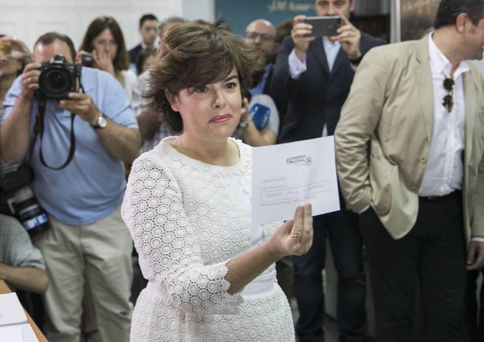 Soraya Saenz de Santamaría, votando en la sede del PP del distrito madrileño de Salamanca, en las primarias del partido.