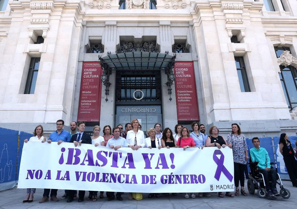 La alcaldesa de Madrid, Manuela Carmena junto a otros concejales, en un minuto de silencio contra la violencia de género.