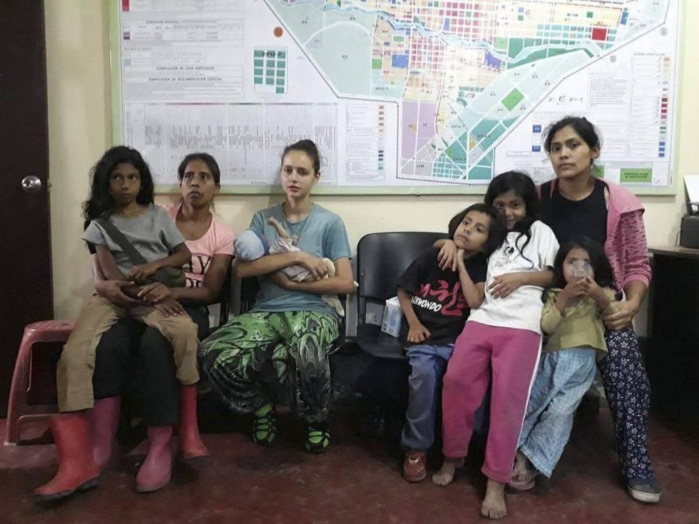 Patricia Aguilar, en el centro, con su bebé en los brazos, tras ser rescatada.