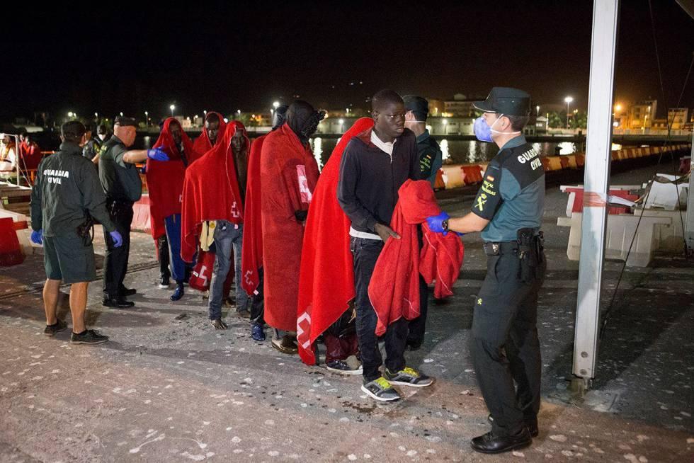 Llegada de migrantes al puerto de Motril.