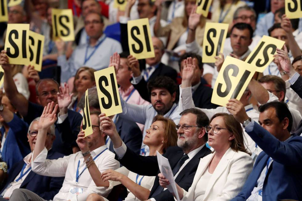 Rajoy (centro), junto a su esposa y Cospedal en el congreso del PP, este viernes.