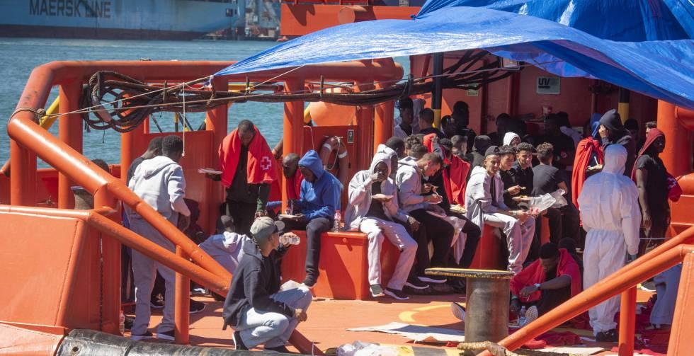 Llegada de inmigrantes ayer al puerto de Algeciras (Cádiz) tras ser rescatados por Salvamento Marítimo.