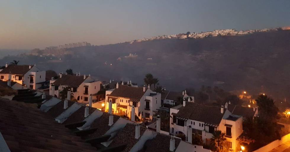 Incendio forestal en Manilva (Málaga), este lunes.rn