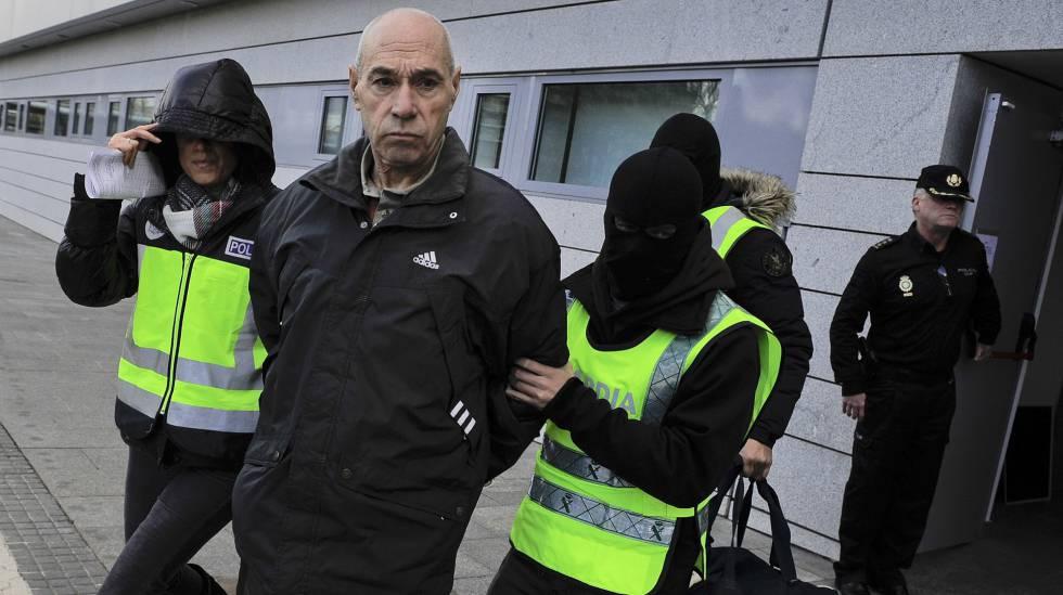 Santiago Arrospide abandona las instalaciones policiales en San Sebastián en una imagen de 2014