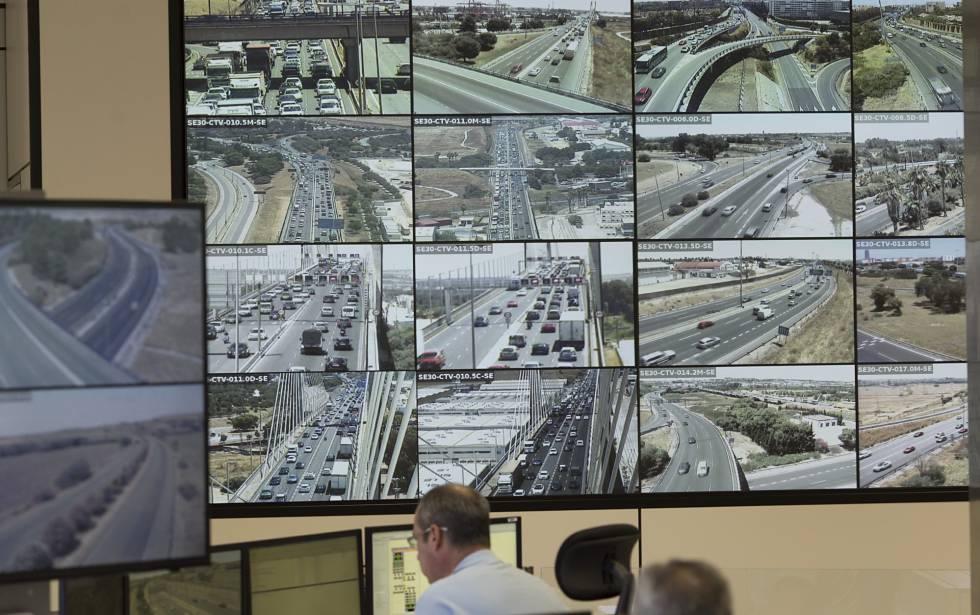 Monitores del centro de gestión del tráfico en Sevilla.