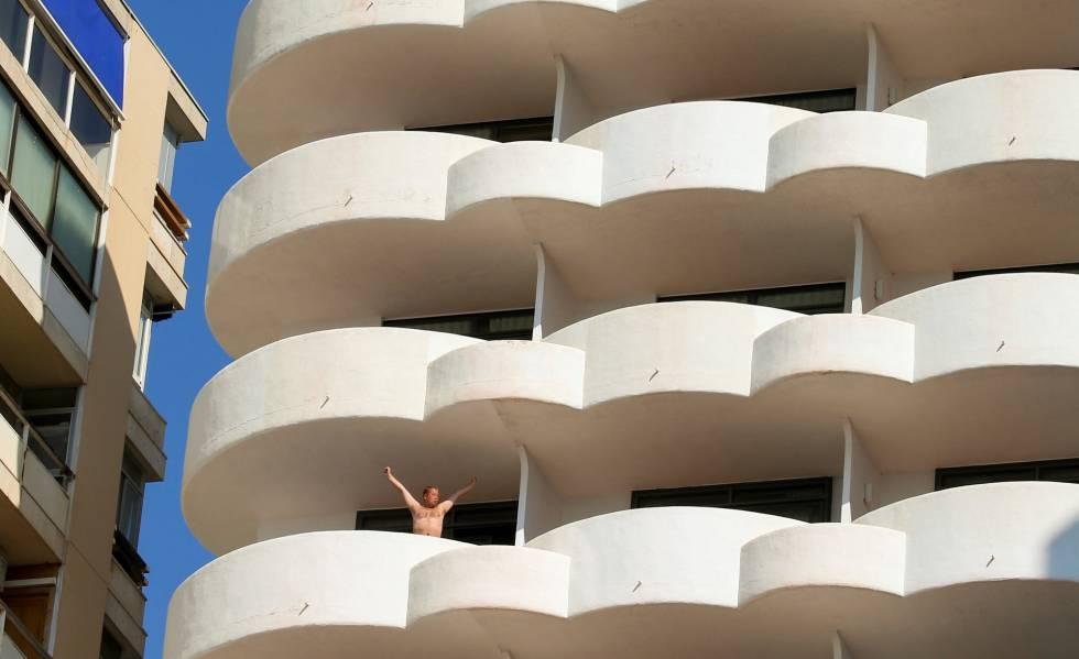 Un turista en la terraza de un hotel en Palma.