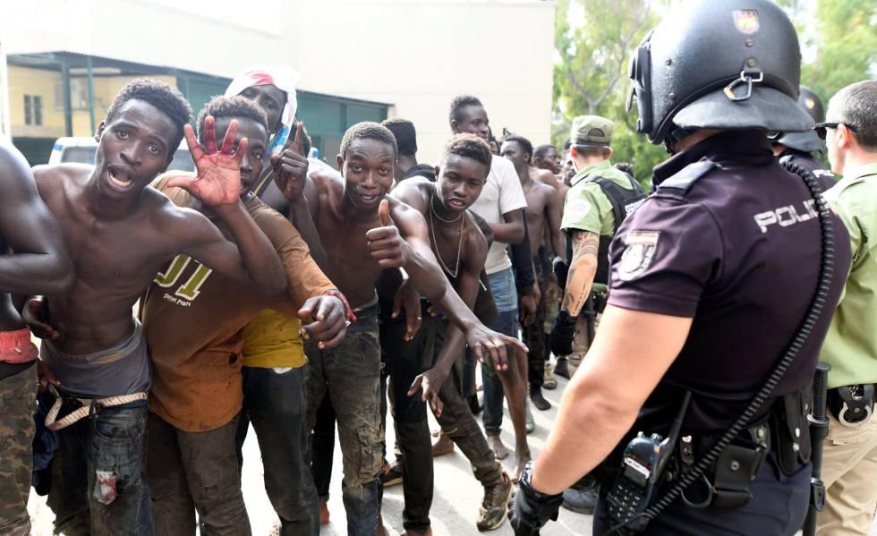 Parte de los 116 migrantes que entraron este miércoles en Ceuta tras sortear la valla fronteriza.