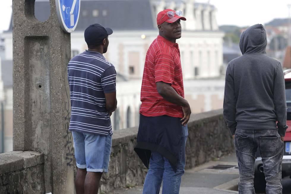 Denis y unos compañeros vigilan la estación de Hendaya.
