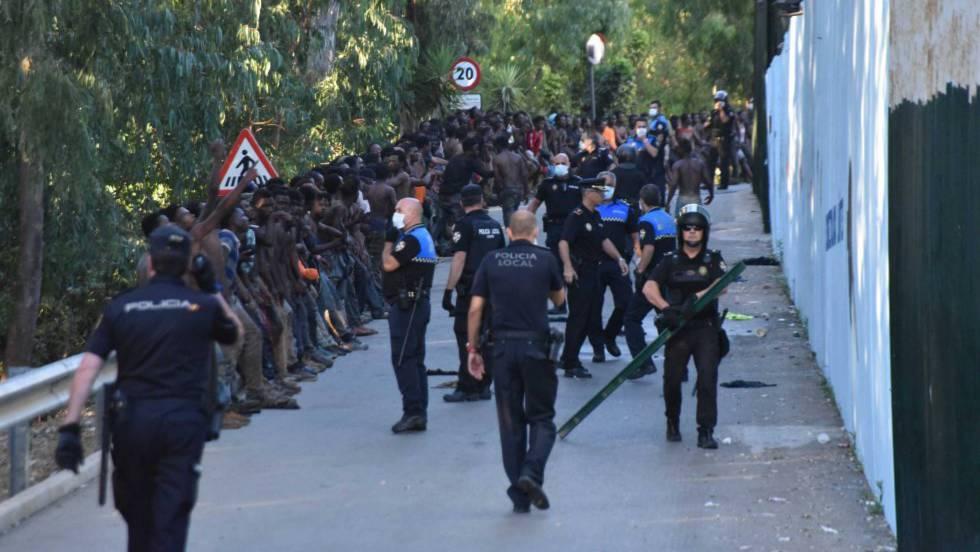 """Detenidos por """"organización criminal"""" 10 inmigrantes que saltaron la valla de Ceuta en julio"""
