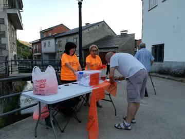 Un vecino vota en la mesa del referéndum no oficial de Porto (Zamora).