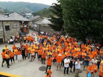Miembros y simpatizantes de la Plataforma 102 con la camiseta naranja que han adoptado como símbolo.