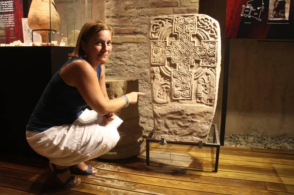 La directora del Museo Arqueológico de Álora, María José Sánchez, muestra la estela funeraria.
