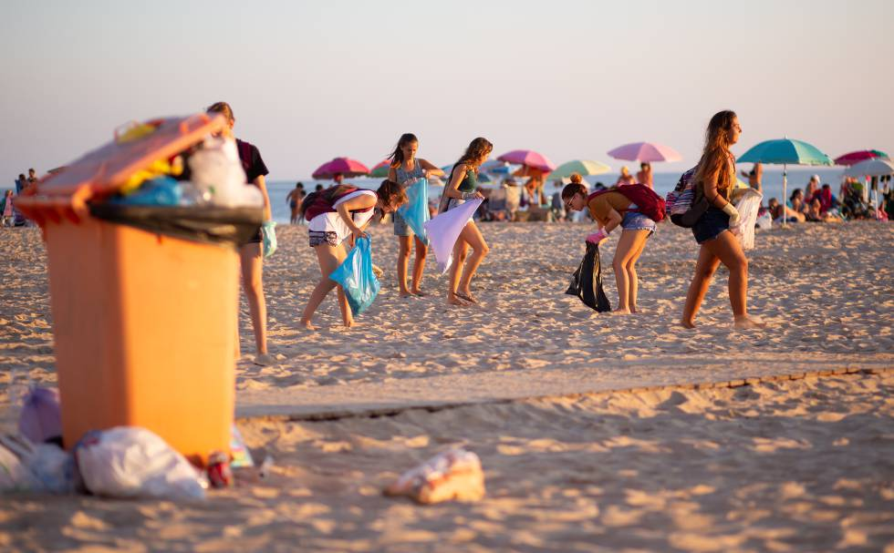 bd7efd281 El grupo de jóvenes Zero Waste Cádiz limpia la playa de la capital gaditana  al atardecer