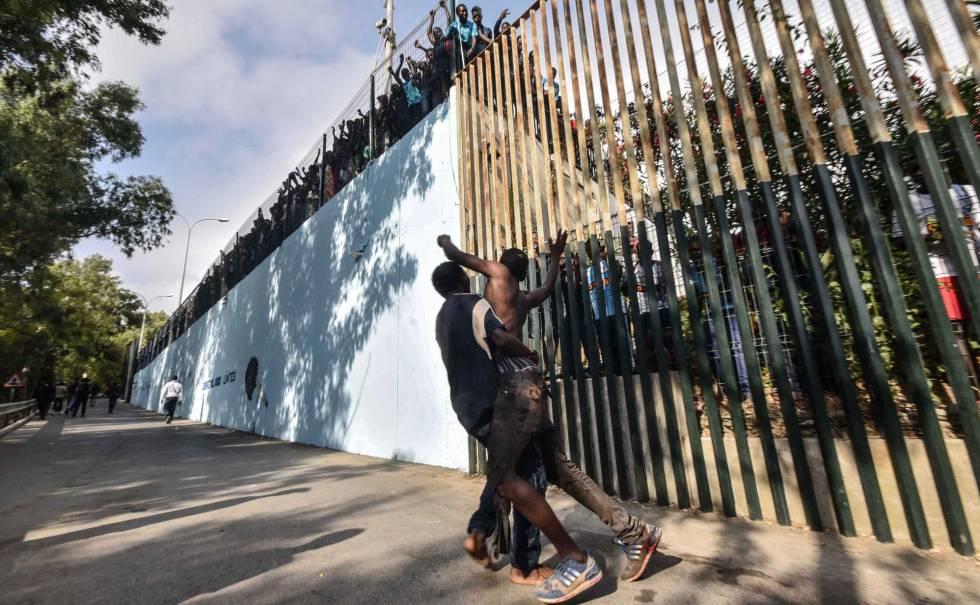 Migrantes ingresados en el CETI de Ceuta celebran el salto a la valla del último 22 de agosto.