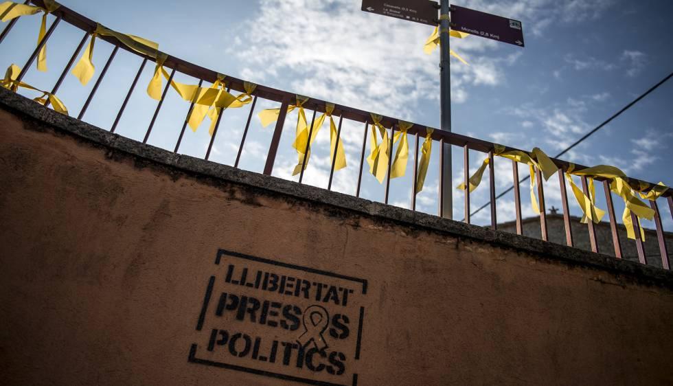 Lazos amarillos en Corçà (Girona), repuestos tras ser retirados el 29 de agosto.