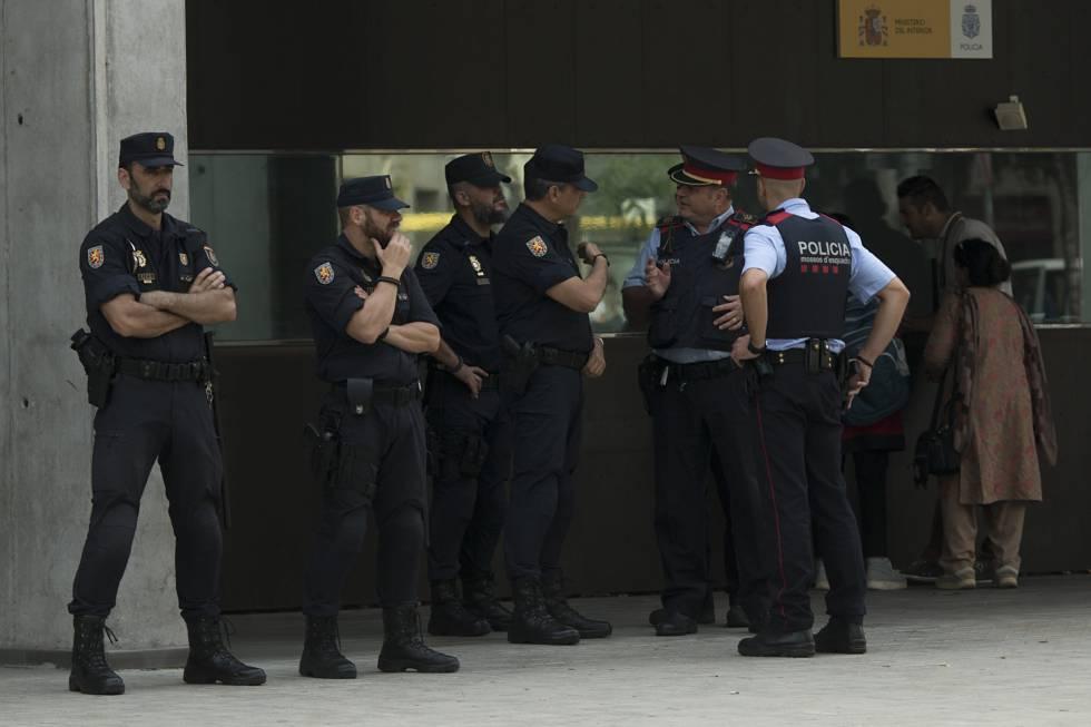 Miembros de la Policía Nacional de los Mossos d'Esquadra en Barcelona.rn