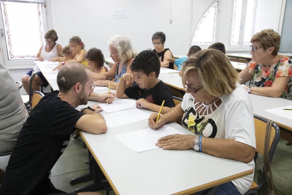 Abuelas y niños durante una clase en la Universidad de Alicante.