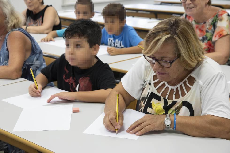 Los asistentes durante el aula de cómic y salud.