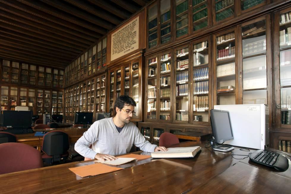 Un joven consulta unos documentos en el Archivo General Militar, en Ávila.