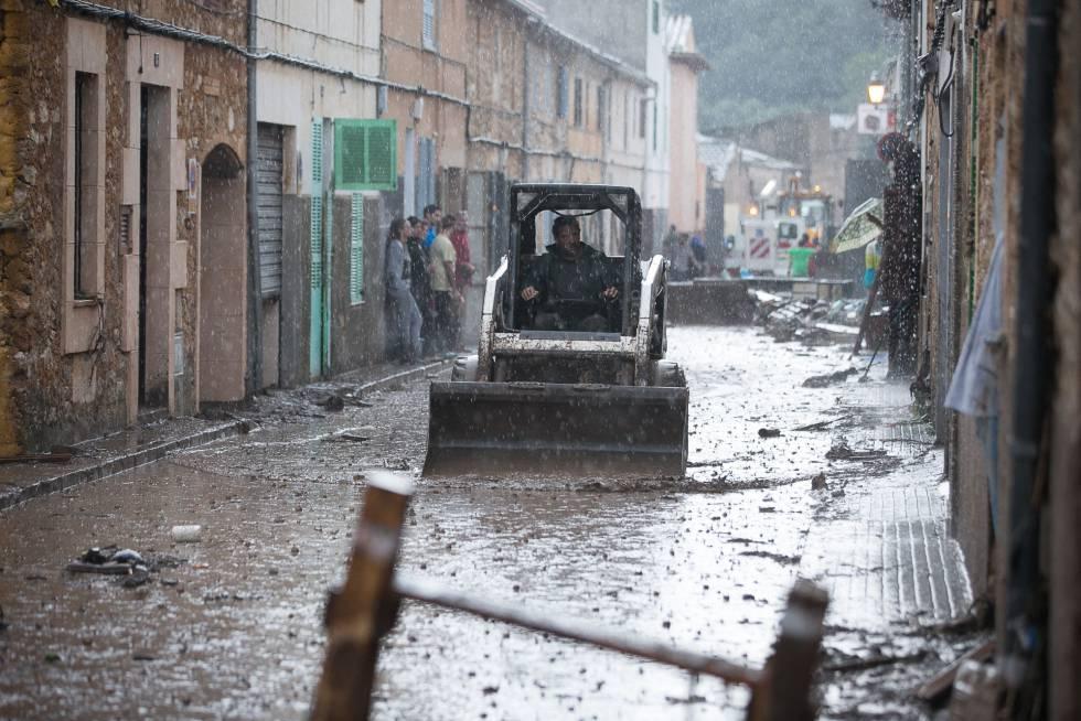 Una de las calles anegadas de Sant Llorenç des Cardassar (Mallorca).