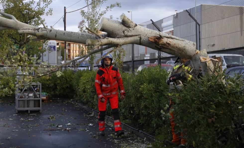 Más de 6.000 hogares permanecen sin luz en Cataluña por las fuertes lluvias de las últimas horas