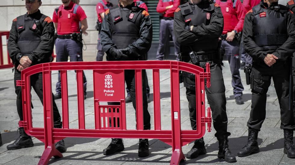 Agentes de la Policía Foral frente al Palacio de Justicia de Pamplona el pasado abril.
