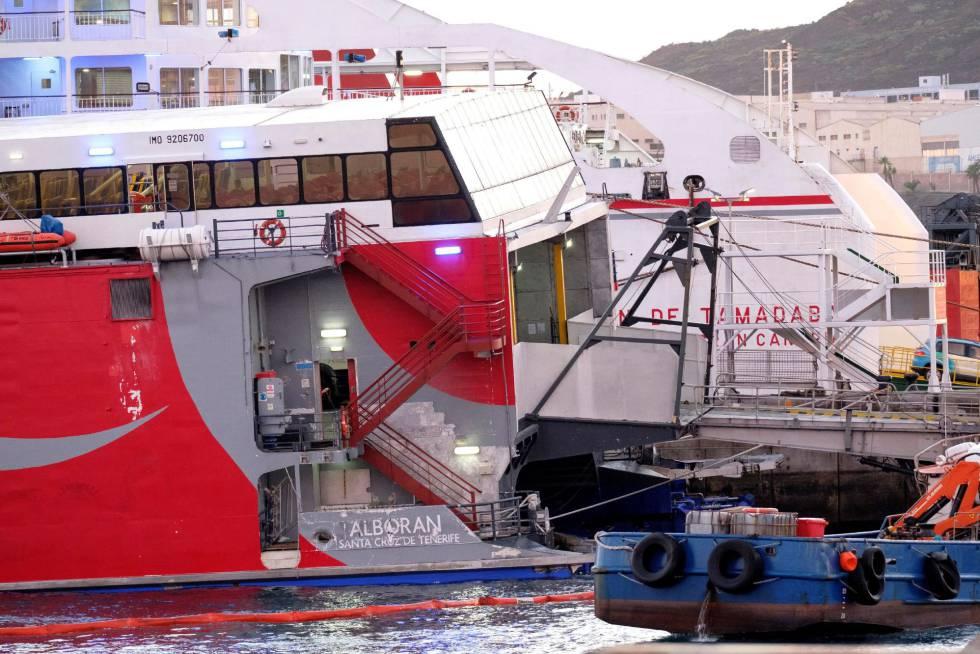 El ferry 'Alborán', en el dique Nelson Mandela, a donde regresó tras colisionar con una embarcación de recreo.