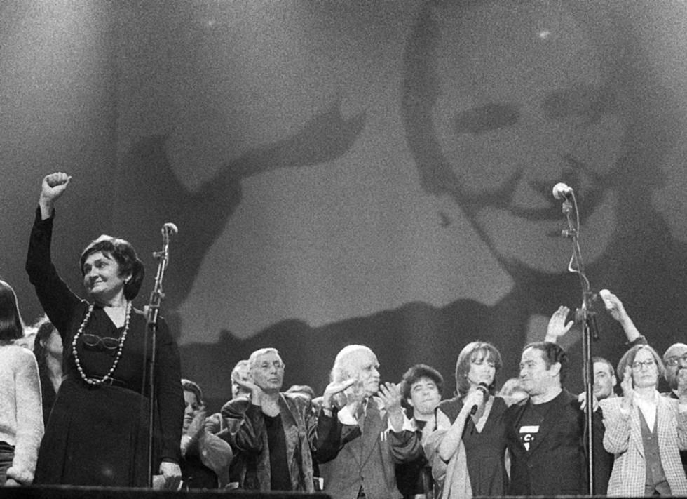 Amaya Ruiz levanta el puño en un homenaje a su madre celebrado en 1997 en Madrid