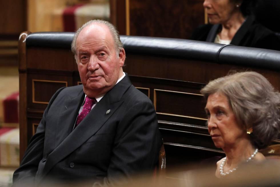 Los Reyes eméritos Juan Carlos y Sofía, en el hemiciclo.
