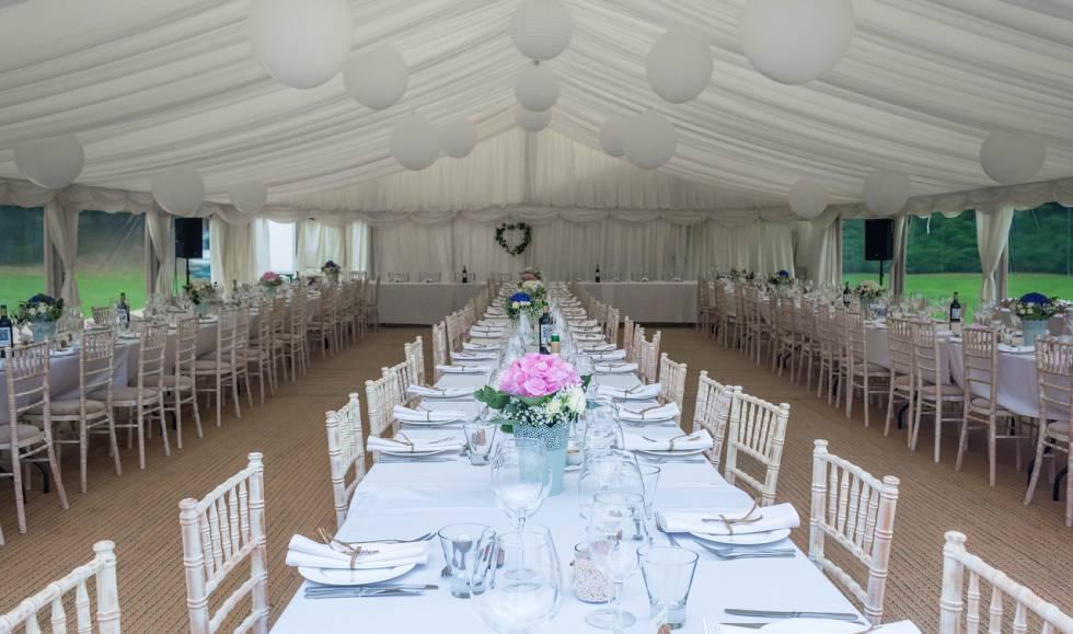 Carpa preparada para servir un banquete de bodas.