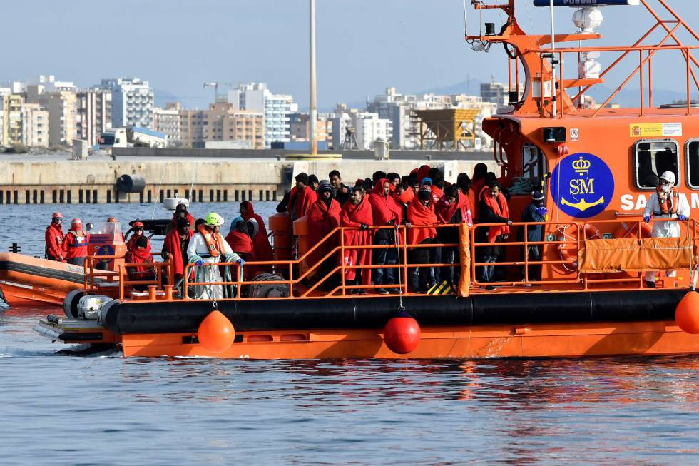 Salvamento Marítimo traslada al puerto de Almería a 58 personas, rescatadas en el mar de Alborán el 27 de diciembre.