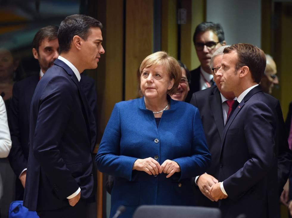 Sánchez conversa con Merkel y Macron en el Consejo Europeo de octubre en Bruselas.