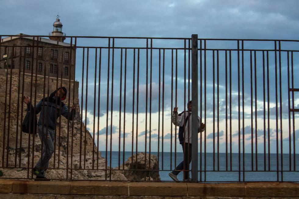 Dos niños, que duerme en las calles de Melilla, deambulan por los alrededores del puerto de la ciudad.
