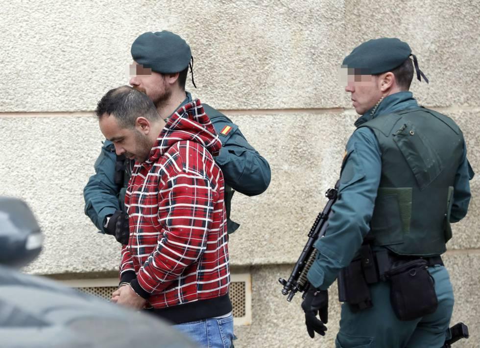 Uno de los detenidos por el asesinato del concejal de IU en Llanes, es conducido por miembros de la Guardia Civil en Bilbao.