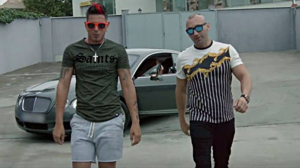 De izquierda a derecha, el cantante Clase-A junto a Francisco Tejón, en un fotograma del videoclip 'Candela'.