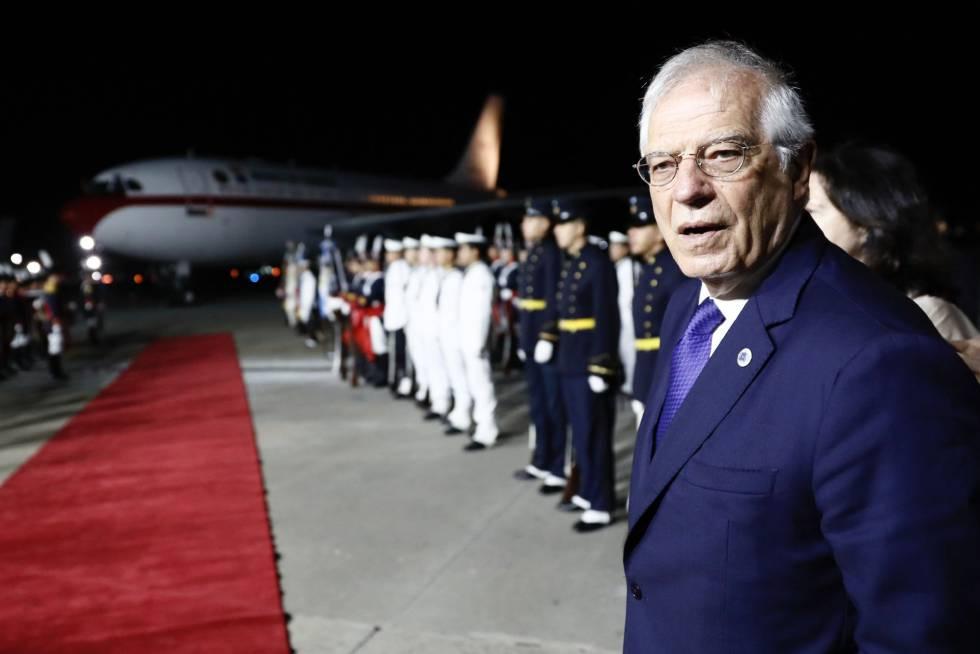 El ministro de Exteriores español, Josep Borrell, durante la espera en pie de pista a que se solucionara el problema.
