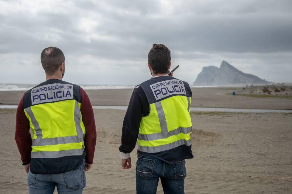 Agentes de la Policía Nacional de la Línea en una de las playas.
